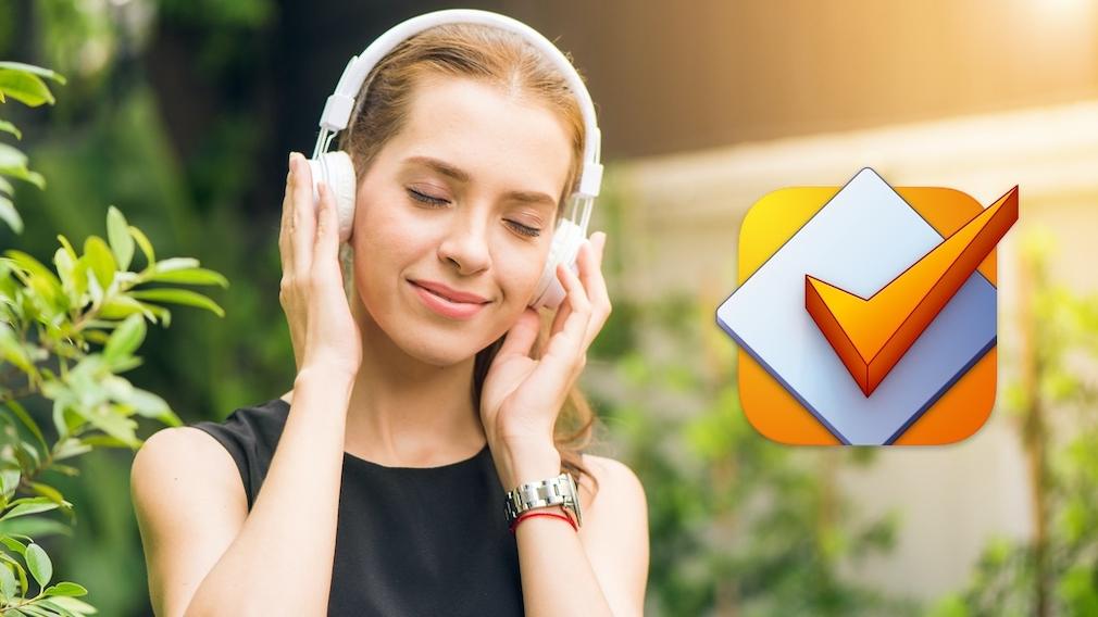 Frau hört Musik über Kopfhörer©pexels
