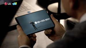 Mann hält LG Rollable in den Händen©LG Electronics