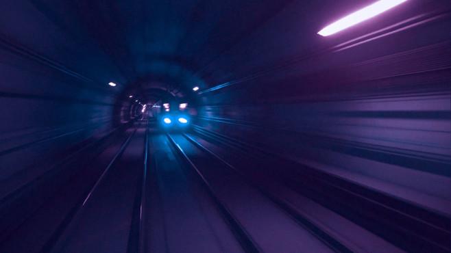 Zug fährt durch einen Tunnel©pexels.com