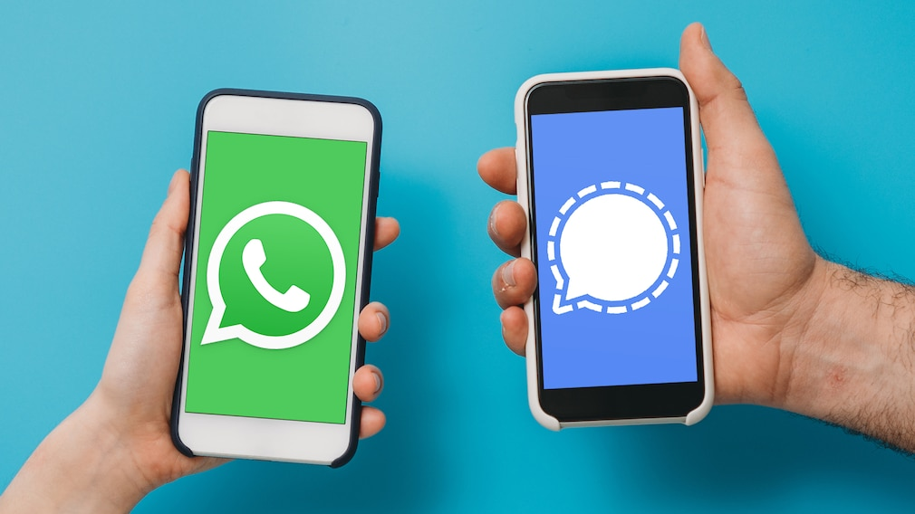 Handys mit WhatsApp und Signal©WhatsApp, Signal Messenger, iStock.com/FilippoBacci