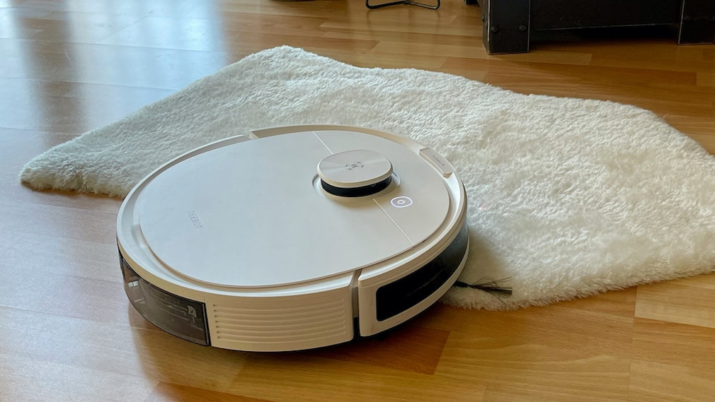 Ecovacs Deebot N8 Pro saugt auf dem Teppich