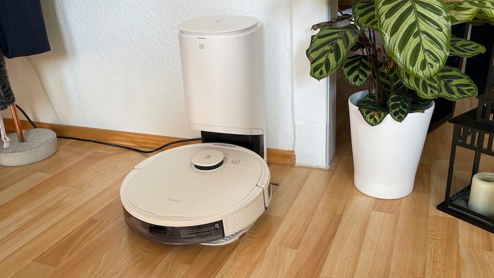Ecovacs Deebot N8 Pro in seiner Lade- und Abstaugstation