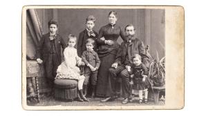 Ein altes Bild einer Familie©iStock.com/LiliGraphie