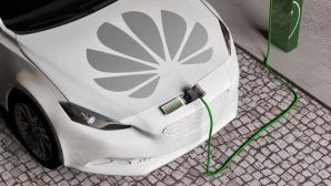 Elektroauto mit Huawei-Logo an der Ladestation©Huawei, iStock.com/AlealL