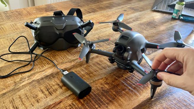 DJI FPV Drohne und Googles-Brille auf dem Tisch©DJI, COMPUTERBILD