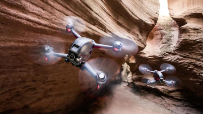 Zwei DJI FPV Drohnen im Actionflug©DJI