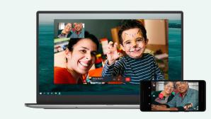 Ein WhatsApp-Videoanruf l�uft auf einem Notebook und Smartphone.©WhatsApp