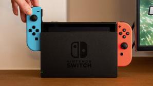 Hand schiebt blauen Joy-Con in die Nintendo Switch.©Nintendo
