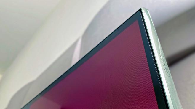 Der Bildschirm vom Xiaomi Mi TV Q1 ist bündig in den Rahmen eingelassen.©COMPUTER BILD