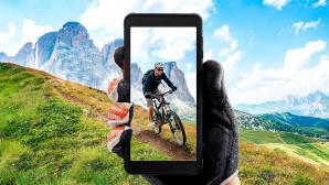 Hand hölt das Galaxy XCover und filmt einen Radfahrer.©Samsung