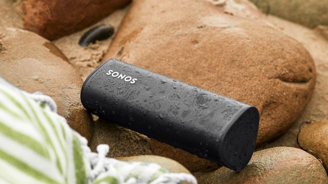 Der Sonos Roam ist wasserfest gemäß IP67 und verträgt sogar einen kurzen Tauchgang.©Sonos