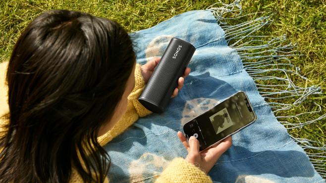 Die Musikauswahl erfolgt per Sonos-App, außerdem ist Musik per Bluetooth und Airplay2 abspielbar.©Sonos