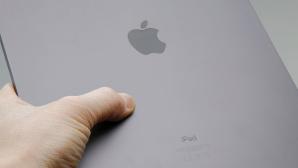 Handn hält das iPad Pro (2020)©COMPUTER BILD