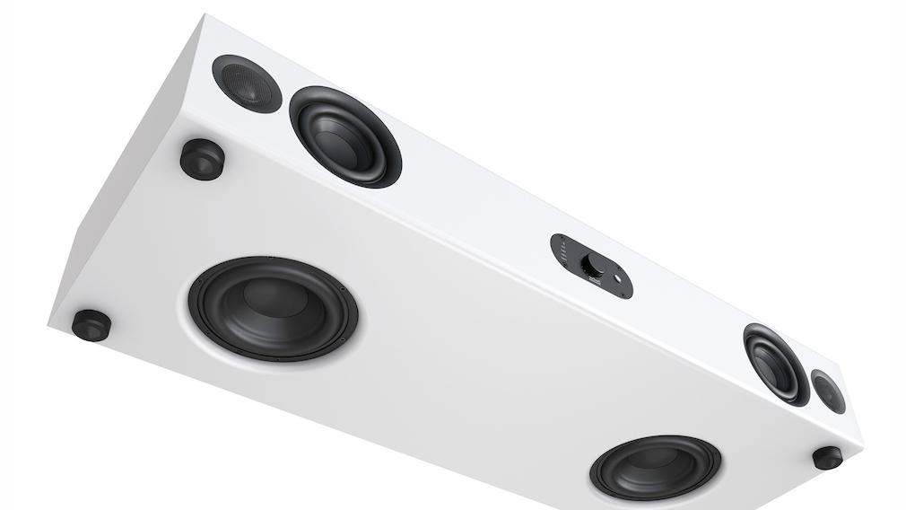 Nubert packt zwei 16 Zentimeter große Tieftöner in die Unterseite, zwei 10 Zentimeter große Mitteltöner gewährleisten kraftvolle Stimmenwiedergabe, ergänzt von zwei Hochtönern.