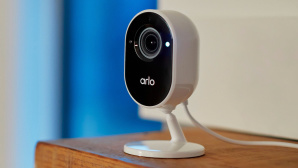 Arlo Essential Indoor Kamera auf dem Regal©Arlo