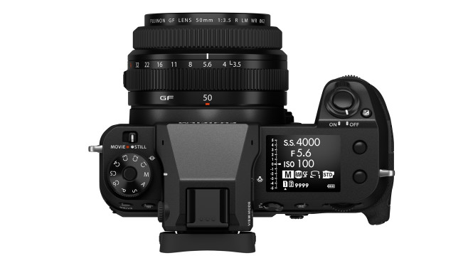 Fujifilm GFX100S mit Schulter-Display©Fujifilm
