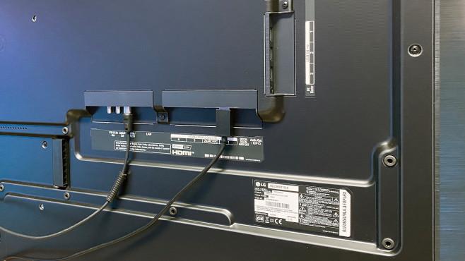 Der LG OLED G1 hat vier HDMI 2.1 Eingänge, außerem drei USB-Anschlüsse und einen Kopfhörerausgang.©COMPUTER BILD
