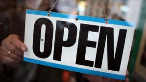 Schild mit Open-Schriftzug©dpa-Bildfunk