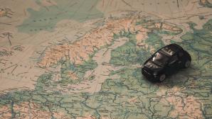 Spielzeugauto auf Landkarte©pexels.com/MihisAlex