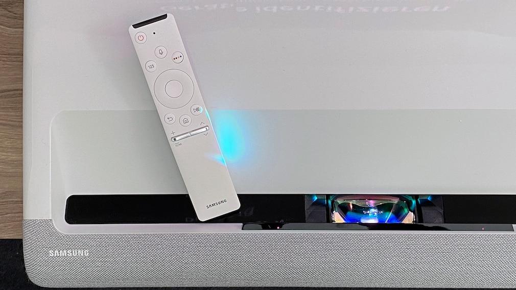 Auch die minimalistische Fernbedienung hat sich bereits bei Samsung-Fernsehern bewährt.