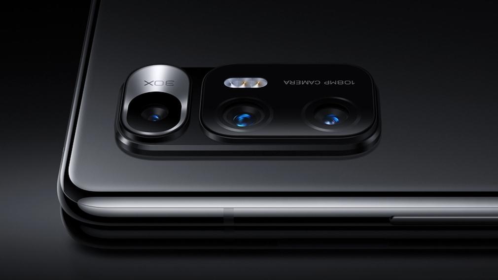 Kamera des Xiaomi Mi Mix Fold vor schwarzem Hintergrund