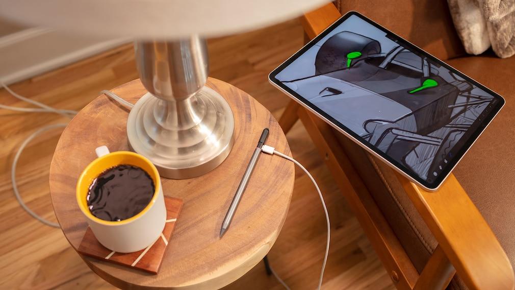 Pro Stylus neben einem iPad und einer Tasse Kaffee©ZAGG