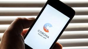 Smartphone zeigt das Logo der Corona-Warn-App©RKI / COMPUTER BILD