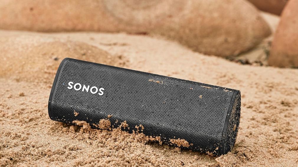Der Sonos Roam ist gegen Sand, Staub und Wasser geschützt und auch in Schwarz erhältlich.
