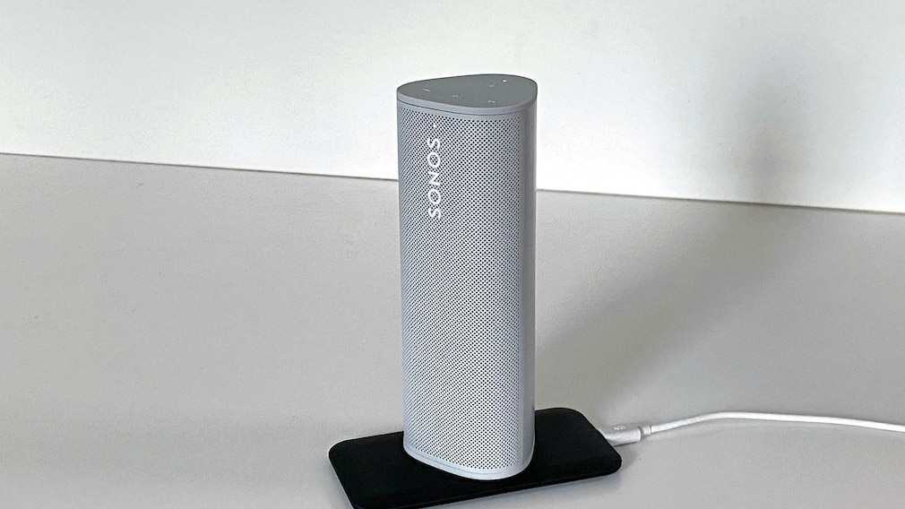Der Sonos Roam lässt sich per USB aufladen, oder man stellt ihn auf ein Qi-Ladegerät.