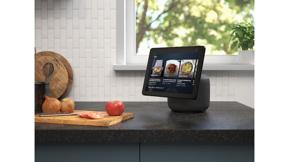 Amazon Echo Show 10 steht in der Küche.