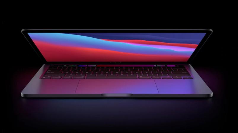 Apple MacBook vor dunklem Hintergrund
