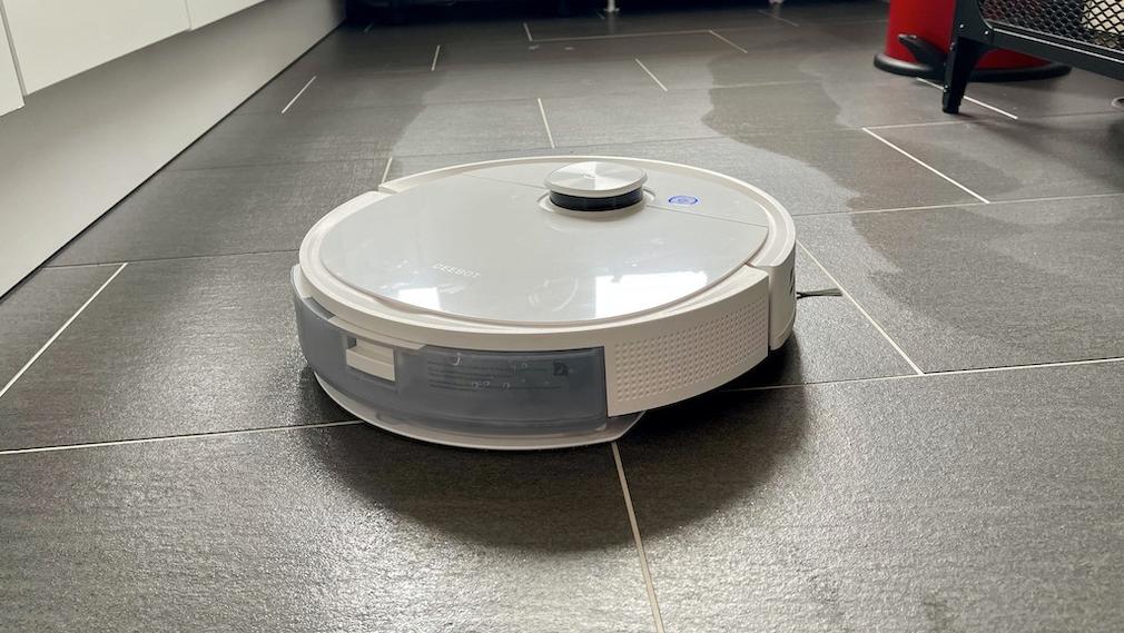 Ecovacs Deebot T9 wischt auf Fliesenboden