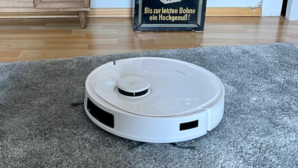 Ecovacs Deebot T9 auf dem Teppich unterwegs