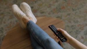 TV-Fernbedienung in Hand © cottonbro, Pexels