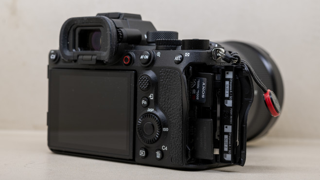 Sony Alpha 1 Steckplätze für SD und CFexpress©COMPUTER BILD