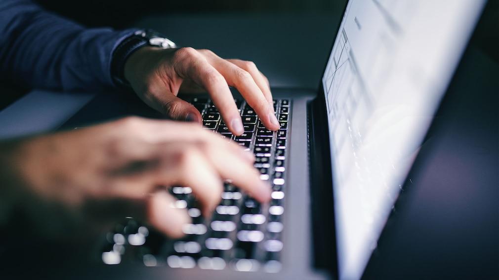 Hände tippen auf einer Notebook-Tastatur.©iStock.com/dusanpetkovic