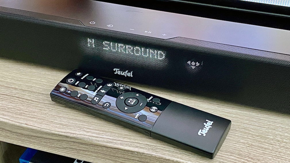 Für die wichtigsten Funktionen finden sich Tipptasten auf der Soundbar, komplett lässt sich die Cinebar 11 mit ihrer übersichtlichen Fernbedienung steuern.