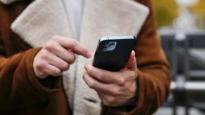 Mann h�lt das iPhone 12 Pro©COMPUTER BILD