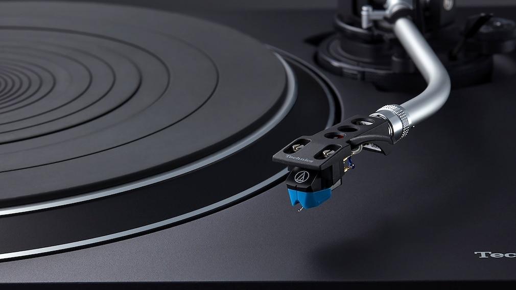 Der Technics SL-100C ist serienmäßig mit dem Tonabnehmer VM95C von Audio Technica ausgestattet.