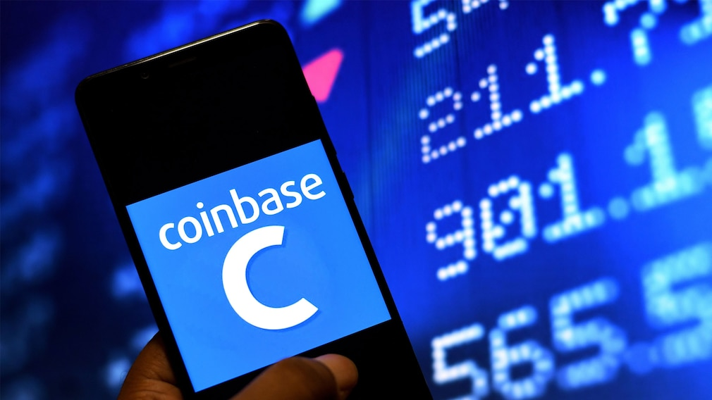 Smartphone mit Coinbase-Logo©SOPA Images/gettyimages