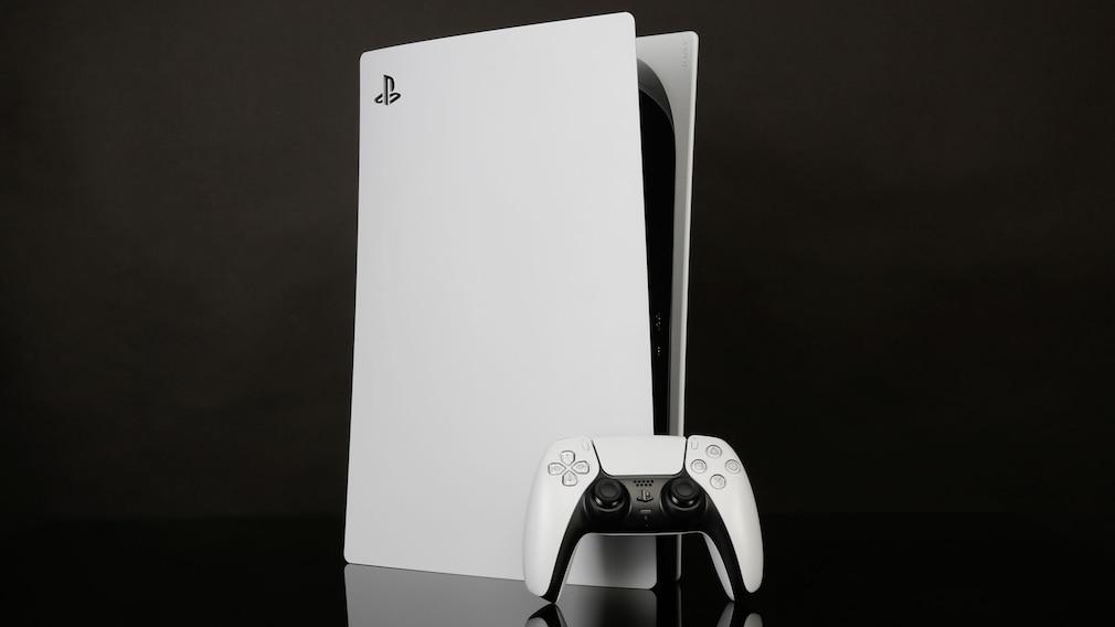 Die PlayStation 5 vor schwarzem Hintergrund.