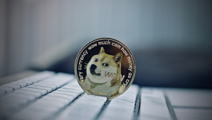 Dogecoin liegt auf einer Tastatur.©iStock.com/Adrian Black