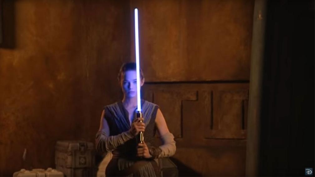 Frau mit Lichtschwert©Youtube