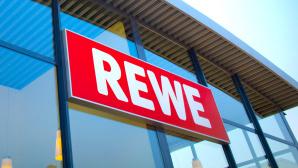 Das Rewe-Logo an einem Gebäude©Rewe