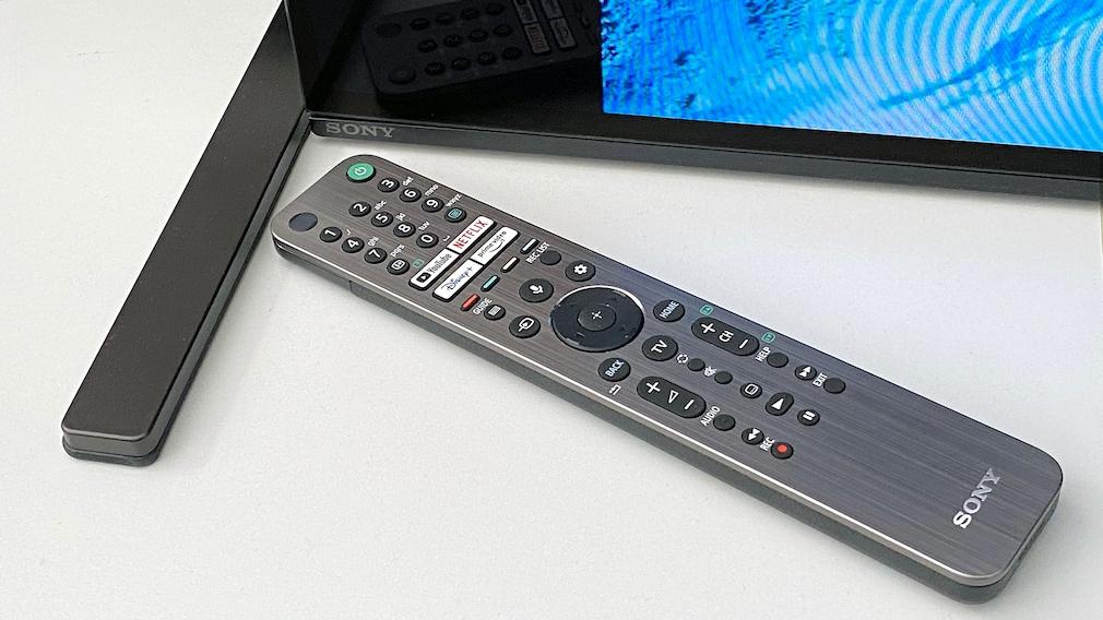 Die Fernbedienung des Sony A90J gefällt mit leuchtenden Tasten.