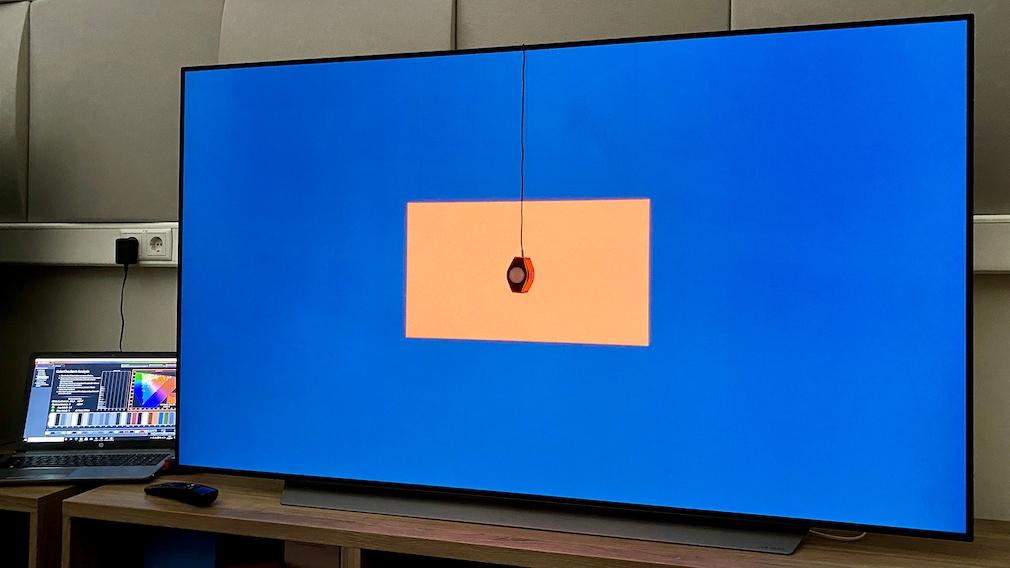 LG OLED C1 im Test: Ein Spectracal C6 Colorimeter erfasst die tatsächlich dargestellten Farben, Software von Portrait Displays ermittelt die Abweichungen von den Sollwerten.