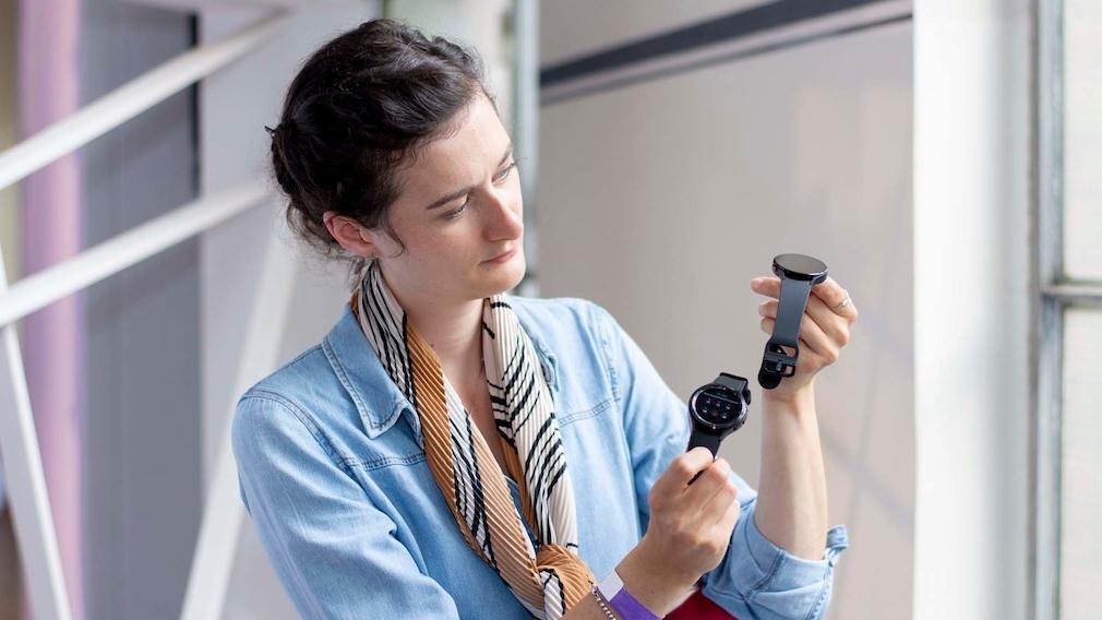 Galaxy Watch 4 und Redakteurin Julia Struck