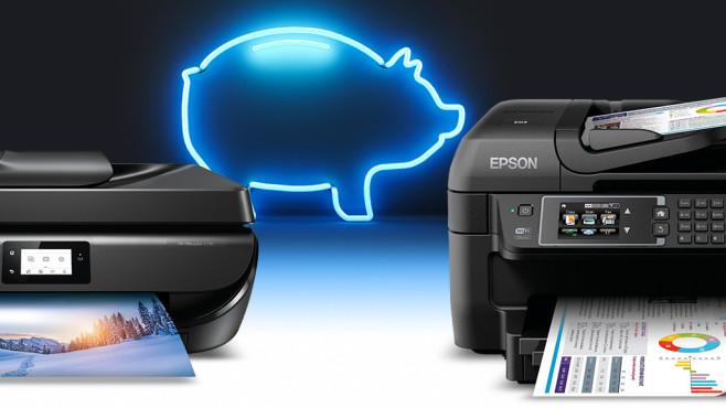 Sparschwein zwischen zwei Druckern©Epson, HP, Ben Miners/gettyimages