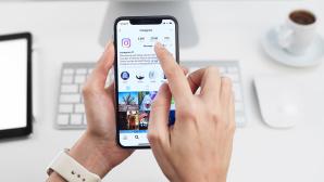 Handy-Nutzer tippt auf Bildschirm mit Instagram-App©iStock.com/bombuscreative
