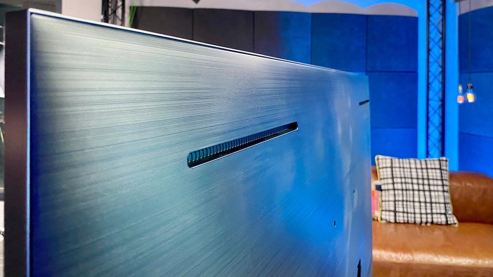 Hinter den Schlitzen in der Rückseite des Samsung QN85A stecken zusätzliche Lautsprecher.